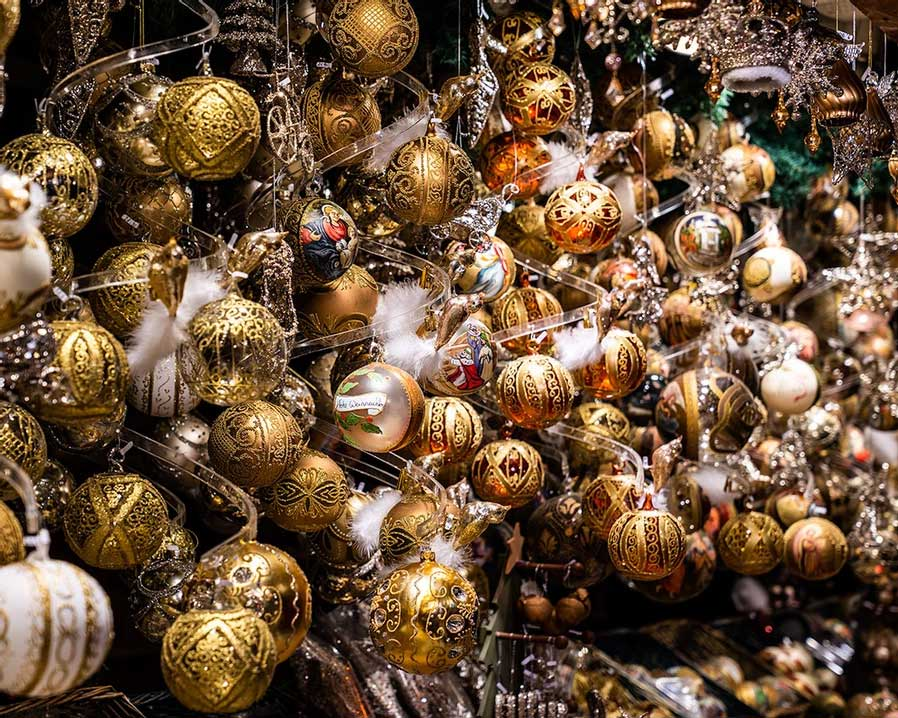Christmas baubles on the tree in the Palace of Justice - Vienna